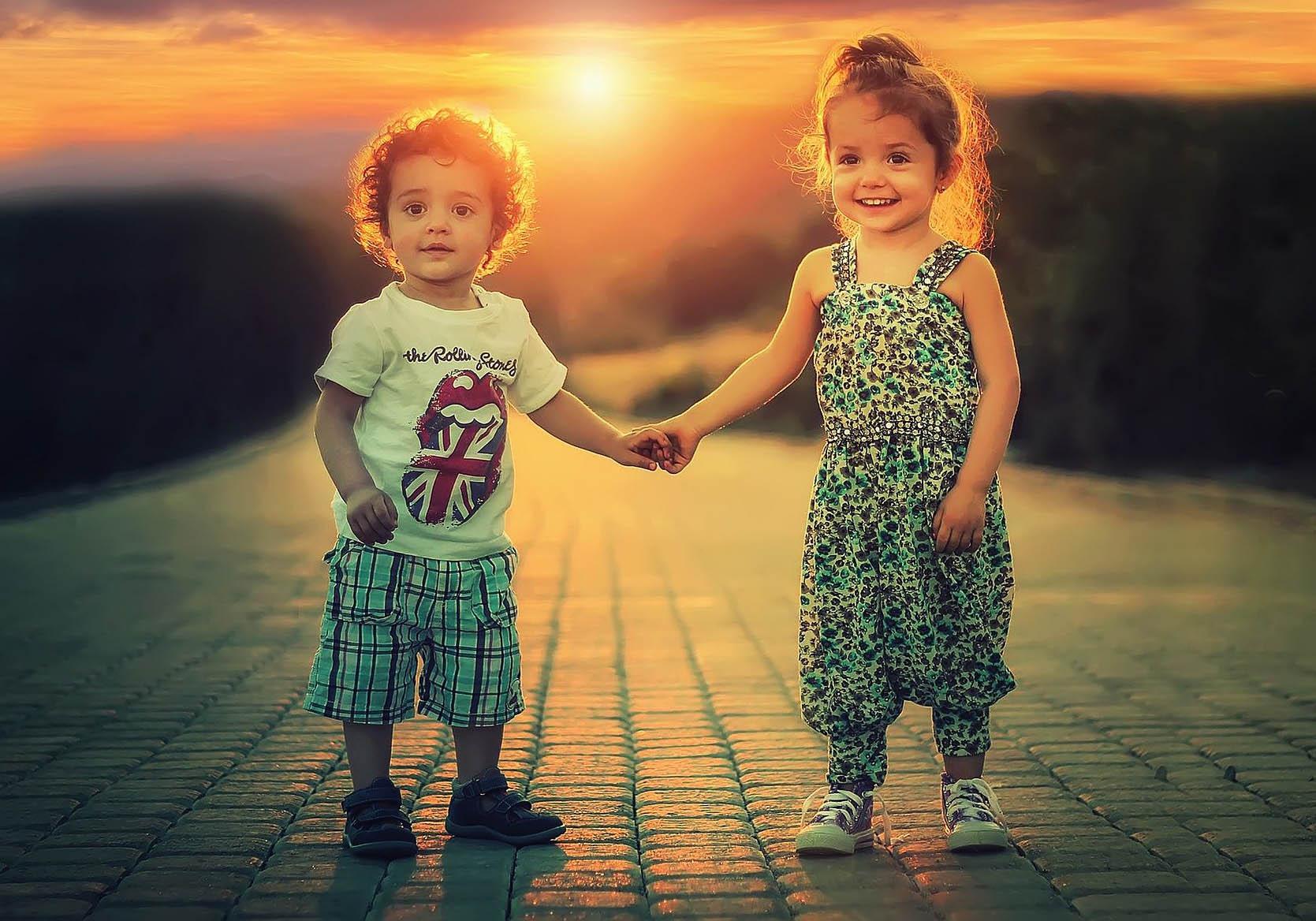 Enfants heureux qui se tiennent la main